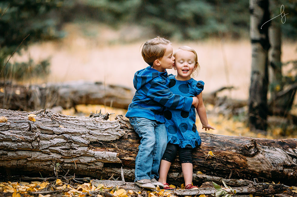 lifestyle-photo-of-siblings-kissing-by-colorado-child-photographer-lily-jean-photography