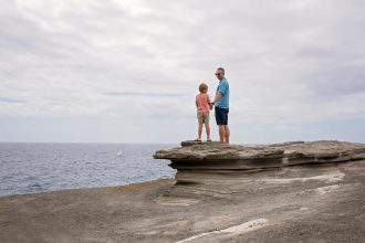 father-and-son-watching-boats-on-the-ocean-hawaii-photographer-allison-gipson