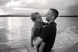 giggles-laughing-black-and-white-father-and-son-beach-hawaii-photographer-allison-gipson
