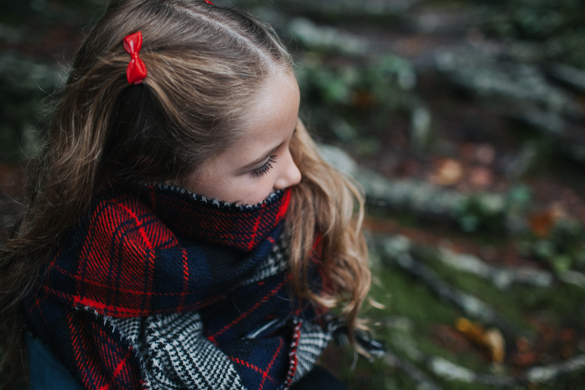 wintery-childhood-photography-forest-plaid-christmas