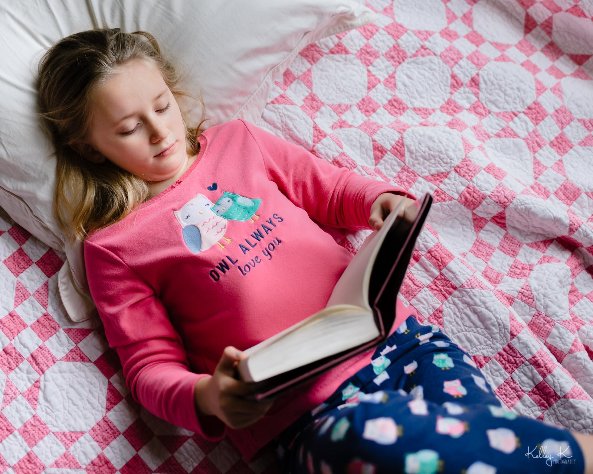 girl-reading-pink-quilt-by-KelleyKPhotography-Smyrna