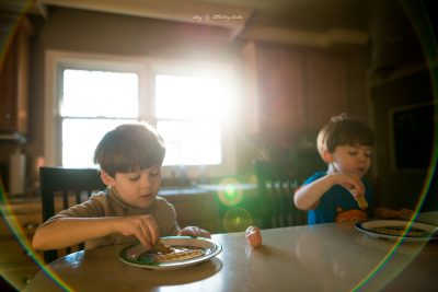 documentary-family-photo-of-brothers-mirroring-while-eating-breakfast
