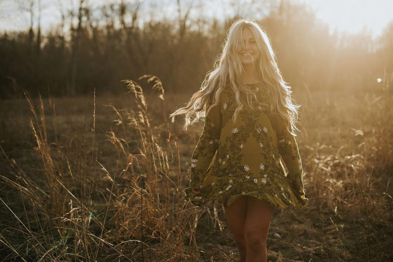 senior-golden-hour-sun-free-people-fields-lifestyle-editorial-fashion-lauren-grayson-ohio