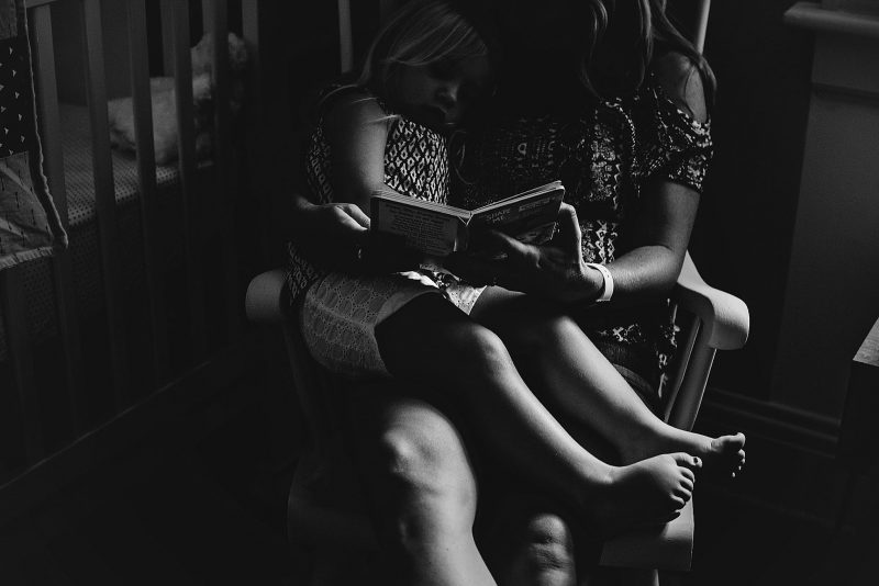 black-and-white-mother-daughter-reading-lauren-grayson-cleveland-ohio-family-photographer
