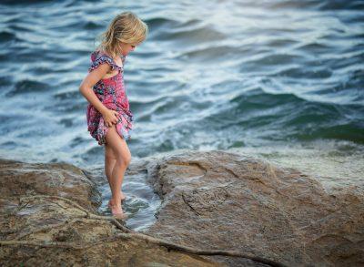 02 getting her feet wet child lake water summer edmond ok photographer oklahoma city natural light photographer kate luber photography