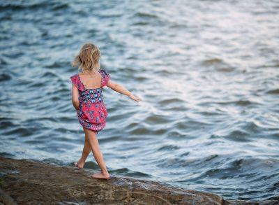 03 summer lake stroll water girl child edmond ok photographer oklahoma city natural light photographer kate luber photography