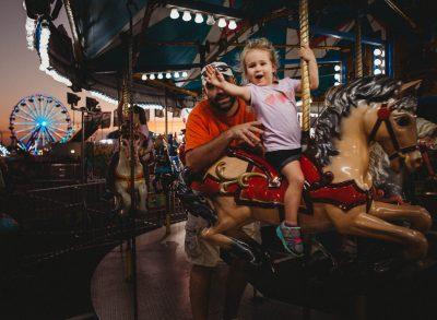 hi mom toddler carousel merry go round state fair canon 5d mark iii edmond ok photographer oklahoma city natural light photographer kate luber photography