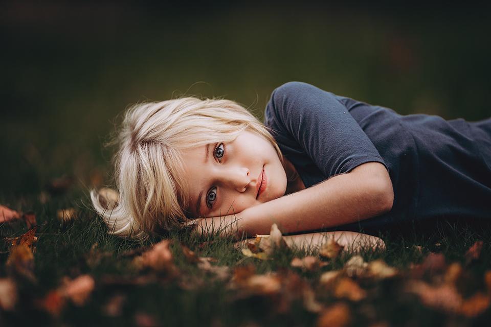 Hello-olivia-long-island-photographer-best-fall-leaves-blonde-girl