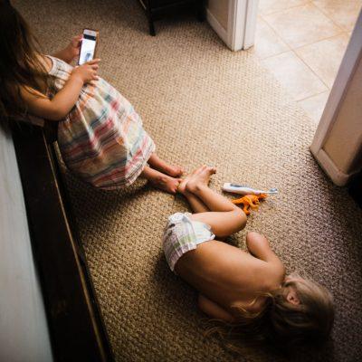 familiy-photojournalism-iphone-selfie-twins