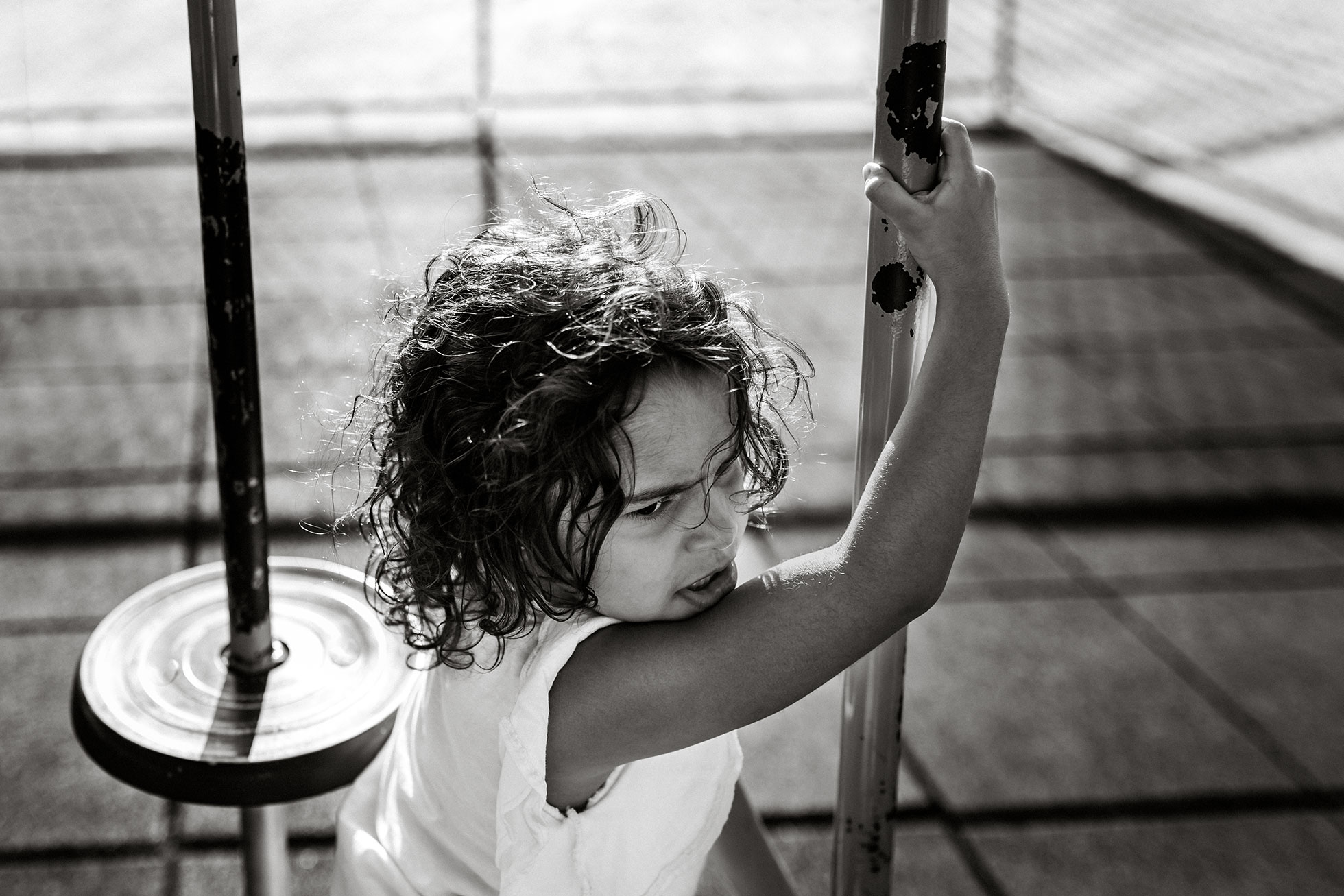 Girl-playing-in-the-park_black-&-white-gia-queiroz-photography