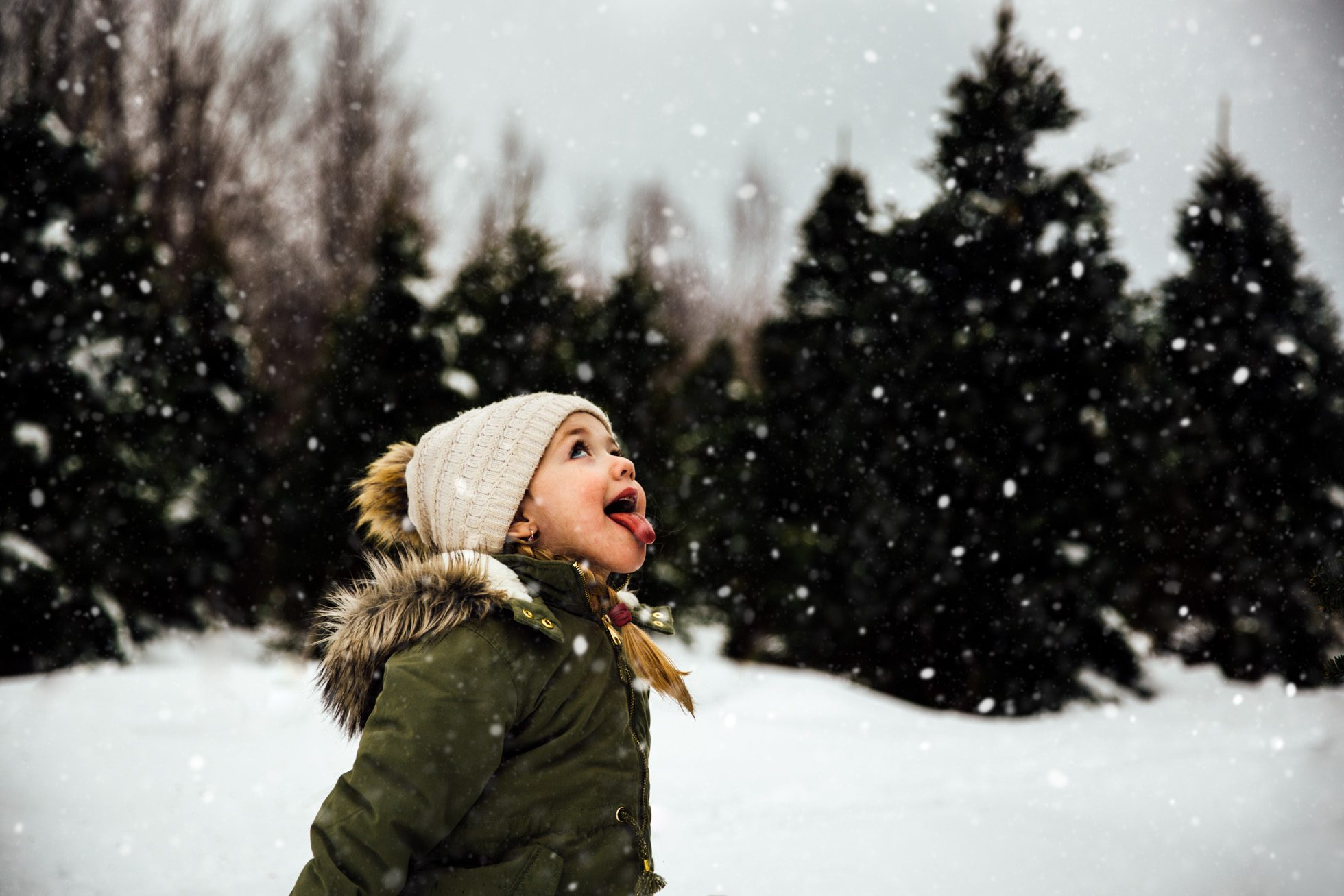 girl-catching-snowflakes-on-her-tongue-Moncton-photographer-Julie-Audoux
